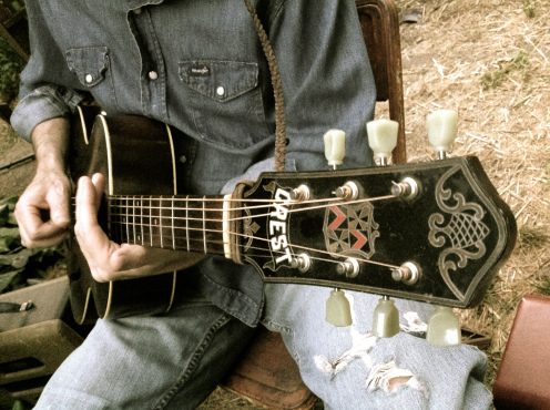 photo-guitar-and-jeans
